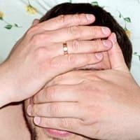 Массаж при вегето-сосудистой дистонии: правая ладонь положена на лоб, левая - на глаза и нос