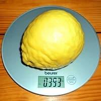 Лимон на весах, вес 393 г