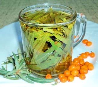 В чашке чай из листьев облепихи