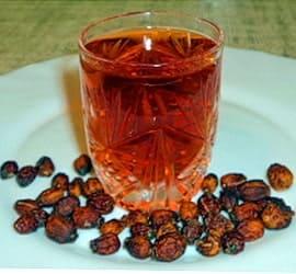 Рюмка настойки и сухие плоды боярышника