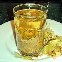Стакан чая из цветков липы