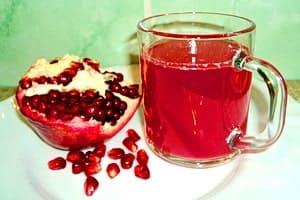 В чашке натуральный гранатовый сок, он очень полезен для здоровья