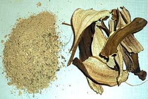 Кусочки высушенной кожуры банана и порошок из нее для подкормки цветов