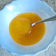 Пчелиный мед в тарелке
