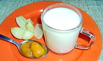 Чашка молока, ложка меда, луковица — составляющие лекарства от кашля